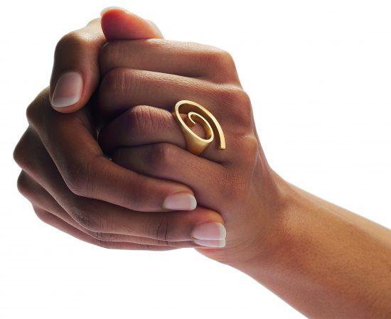 Hand-flowing ring in 18 carat gold by designer Angela Hübel.