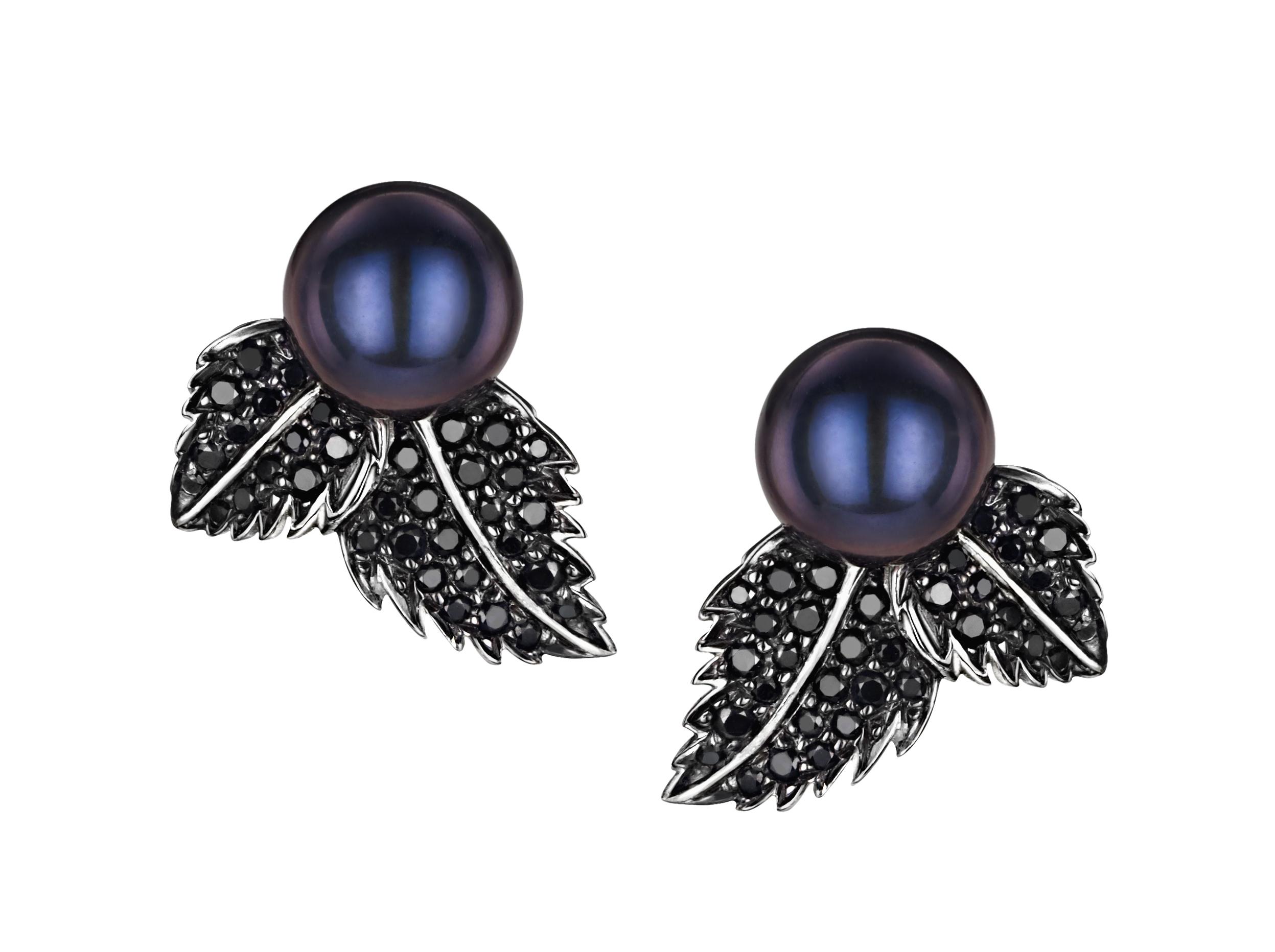 Zilveren oorbellen met zwarte edelstenen.