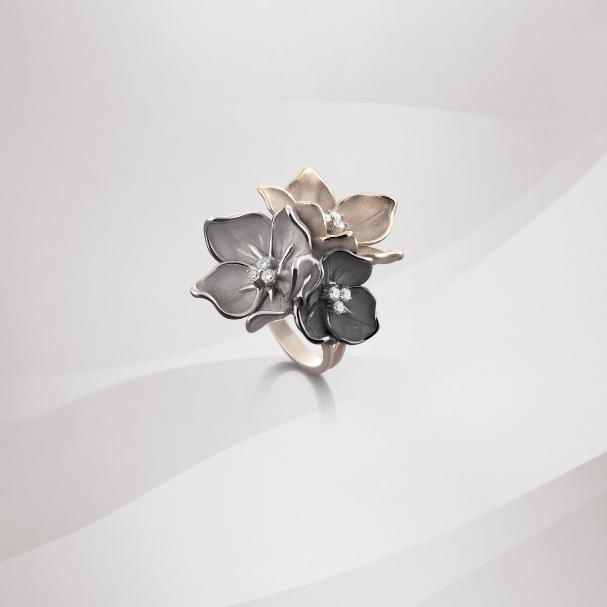 golden flower ring with diamonds