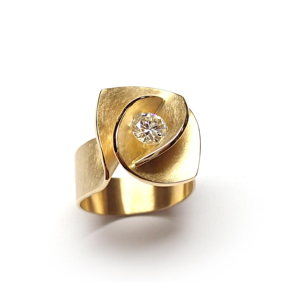ambachtelijk gemaakte gouden ring met diamant