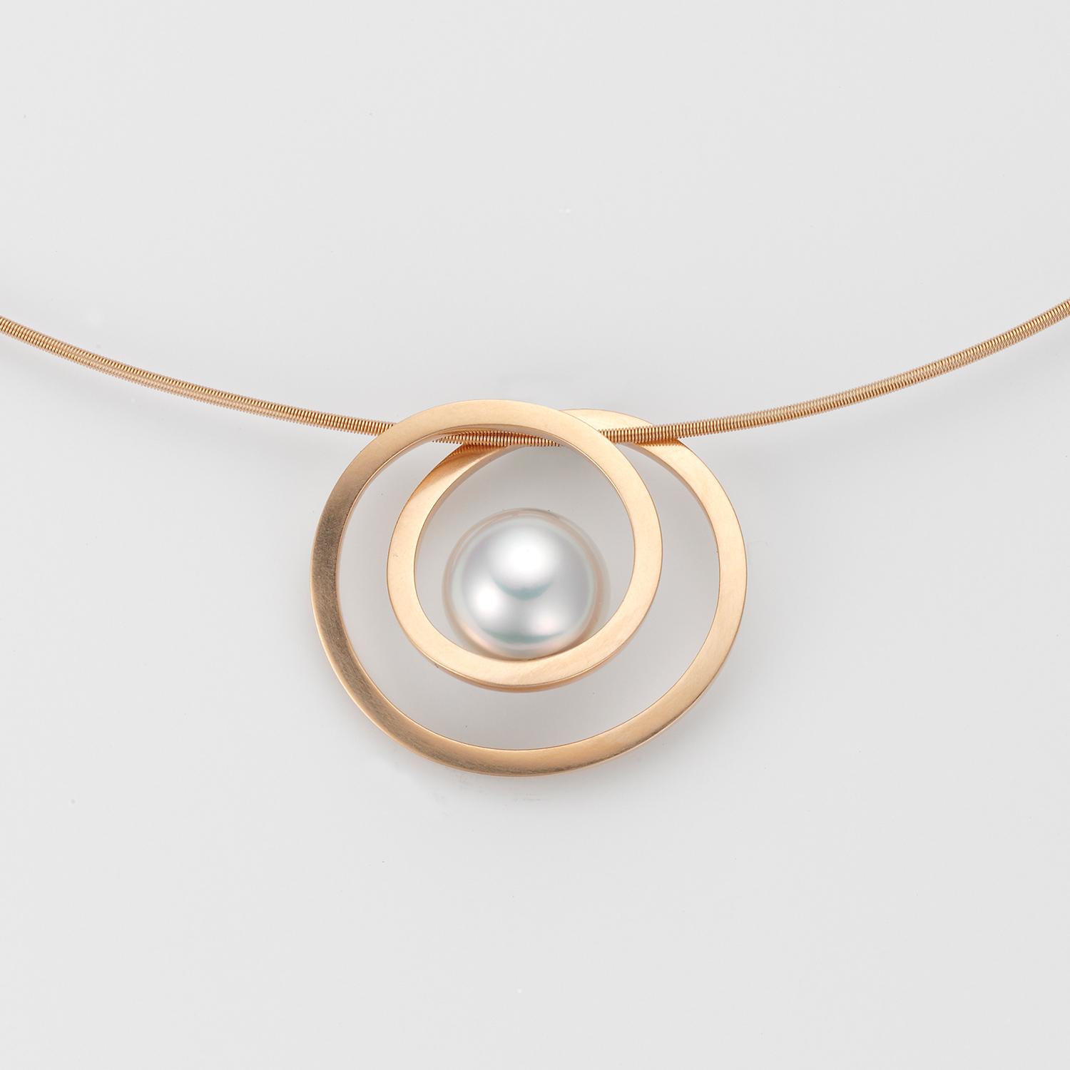 "Gold pendant ""Pirouette"" with South Sea pearl."