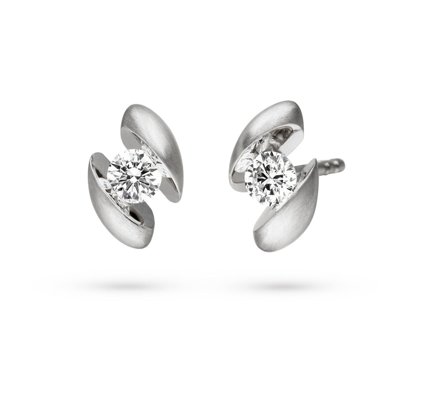 18 carat golden earstuds with a diamond between two reflective surfaces.