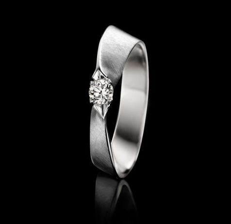 18 carat white golden engagement ring with one diamond.